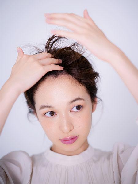 前髪を上げて[1]のワックスを揉み込み、左右センターパートに分ける