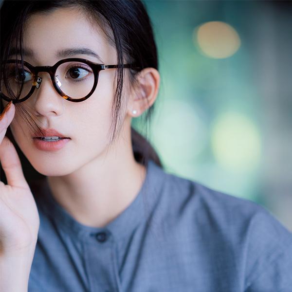 フレーム眼鏡×前髪長めのひとつ結びヘア