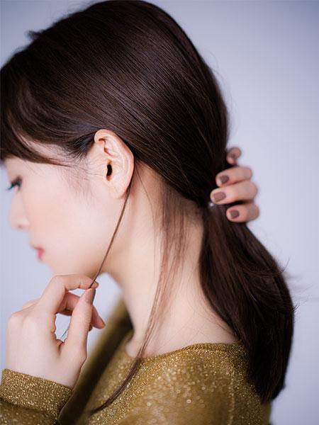 ニュアンスあるひとつ結びは前髪横+耳前+耳後ろ+うなじ