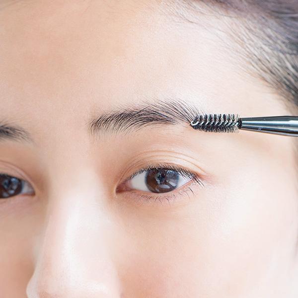STEP1|スクリューブラシで毛流れを整える