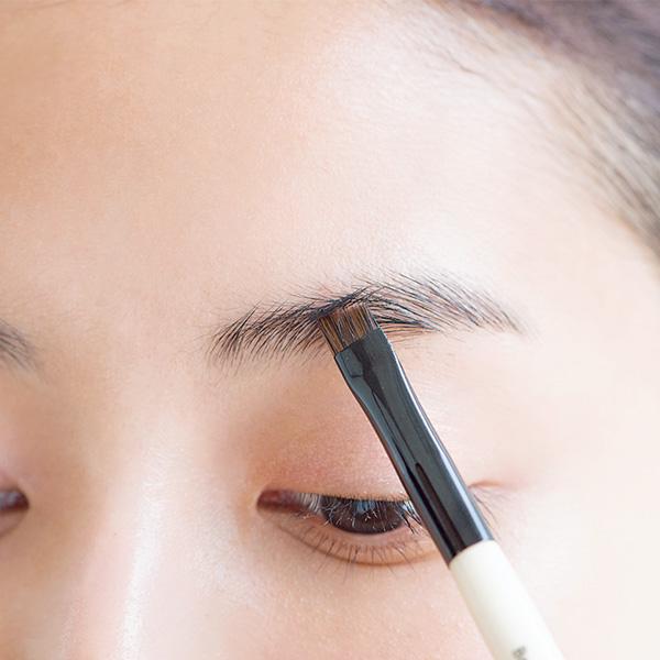 STEP2|眉色に近いブラウン系パウダーで隙間を埋め、眉山と眉尻を作る