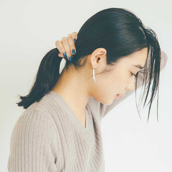 前髪を奥行き2cm、 幅5cm残して全体をタイトに結ぶ