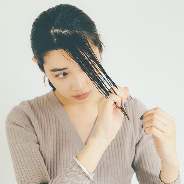 ワックスを手のひら全体にのばして前髪をとかしながらウエットに仕上げる