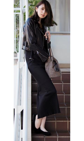 黒ロングスカート×黒ライダースジャケット