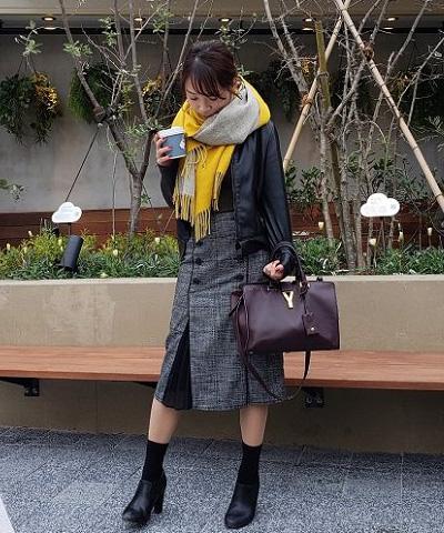 黒ライダースブルゾン×グレー変形スカート×黄色大判マフラー