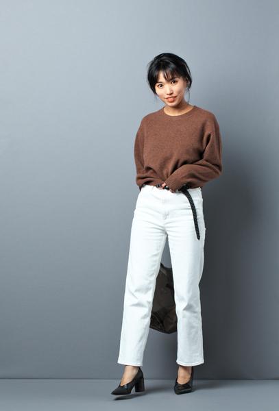 ブラウンのプレミアムクルーネックセーターのコーデ