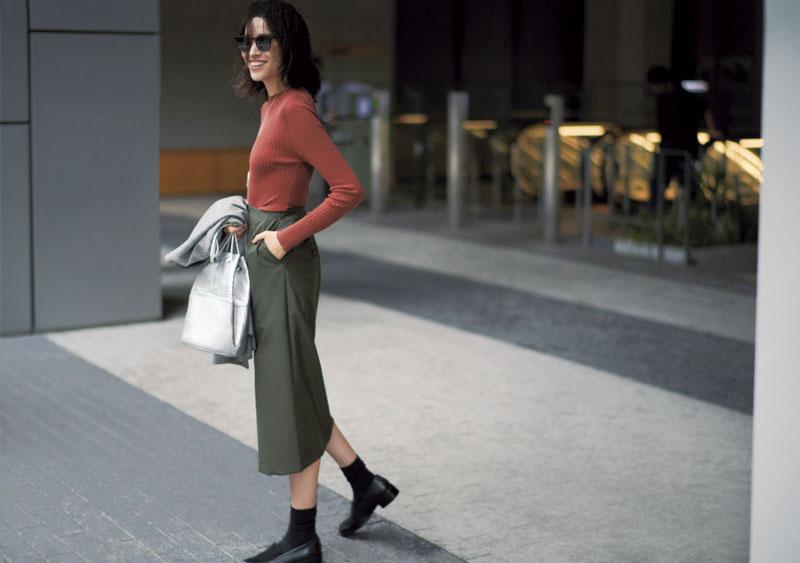 旬の長め丈スカートはソックス&黒ローファーでさらにセンスアップ