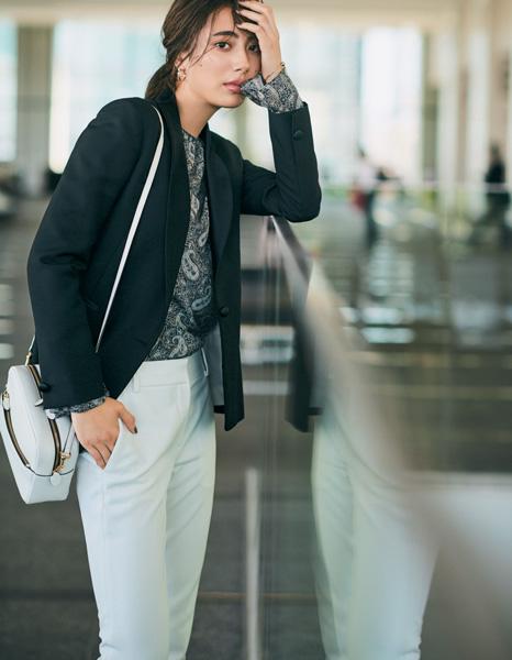 白パンツ×ペイズリー柄シャツ×黒ジャケット