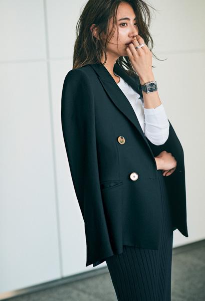 黒ロングスカート×白カットソー×黒ジャケット