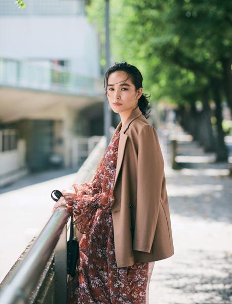 【21】小花柄ワンピース×メンズライクジャケット