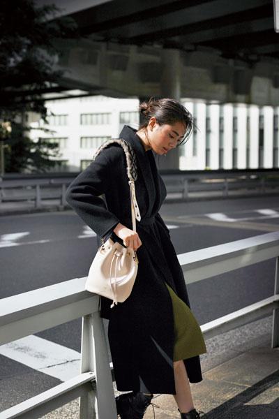 黒ロングコート×カーキスカート