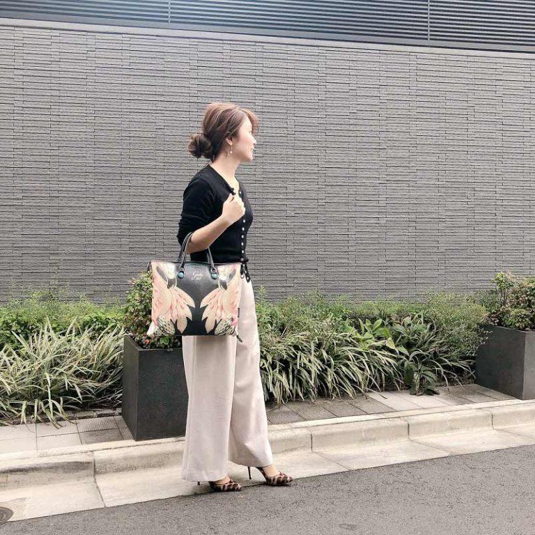 【8】黒カーディガン×ベージュワイドパンツ