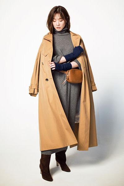 茶色ブーツ×グレーワンピース×トレンチコート