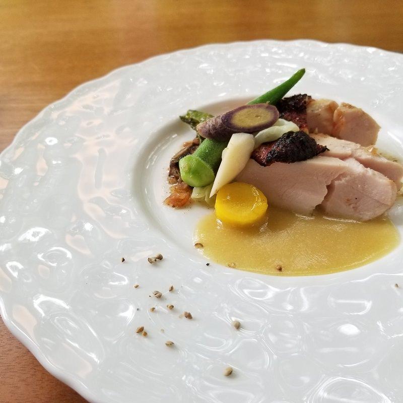 信州地鶏・紅しぐれ胸肉のロースト 地鶏のジュと自家製野沢菜漬をソースに