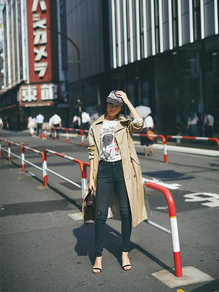 白プリントTシャツ×黒デニム×ベージュトレンチコート