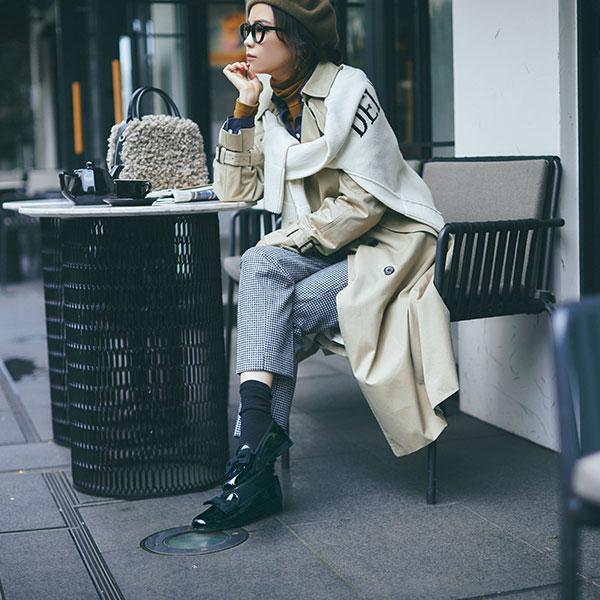 茶ベレー帽×チェック柄パンツ×トレンチコート
