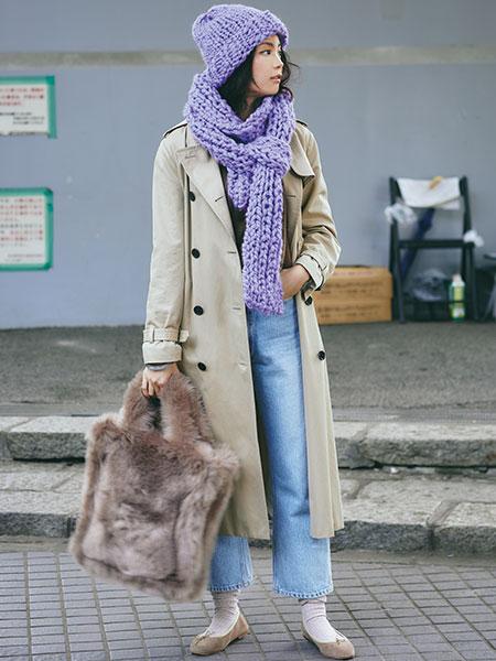 紫ニット帽×デニム×トレンチコート