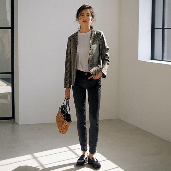 グレーノーカラージャケット×黒パンツ