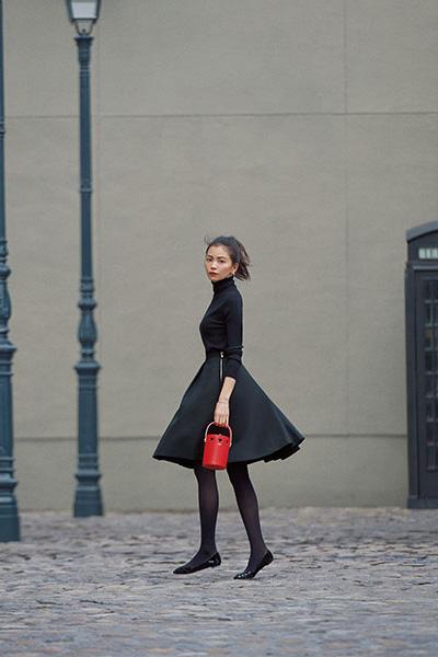 黒ストッキング×黒フレアスカート×黒パンプス