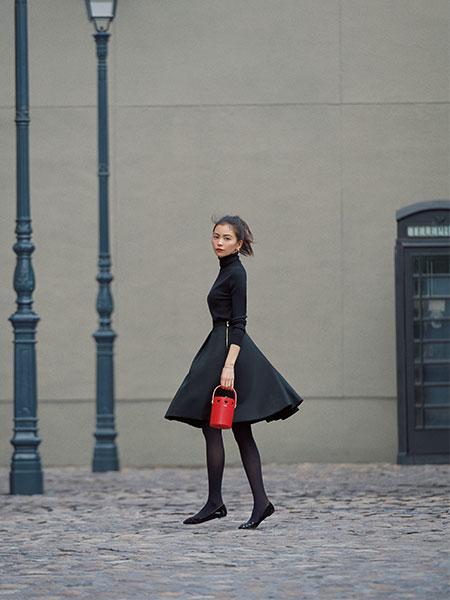 黒ニット×黒フレアスカート×黒タイツ