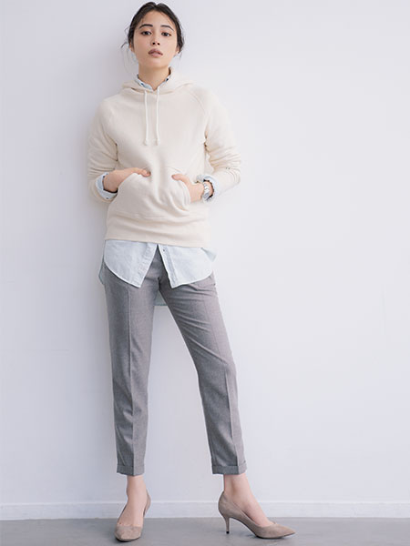 白パーカ×サックスシャツ×グレークロップドパンツ