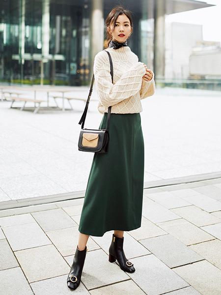 白ニット×ディープグリーンフレアスカート