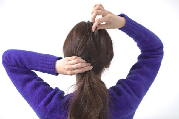 トップの髪を少しつまみ出し、ボリュームを出しながら形を整える