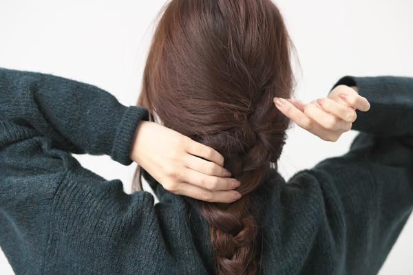 スポーティなキャップ×ゆる三つ編みのこなれヘアアレンジ HOW TO アレンジ