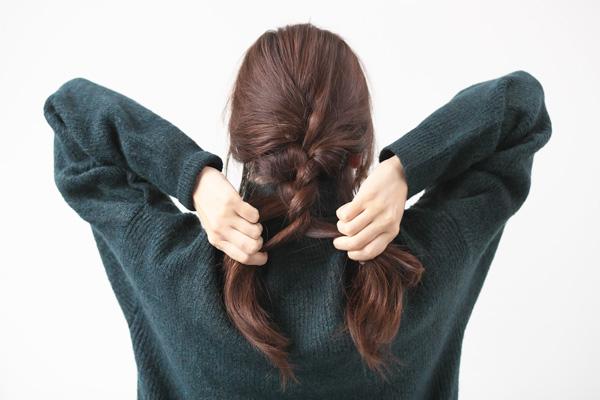 分けた髪を残し、後ろ髪を三つ編みにしていく