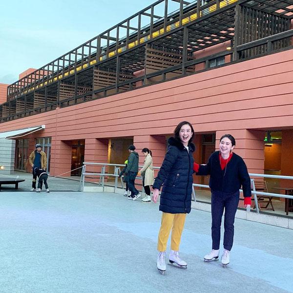 アルプス広場でスケートを体験