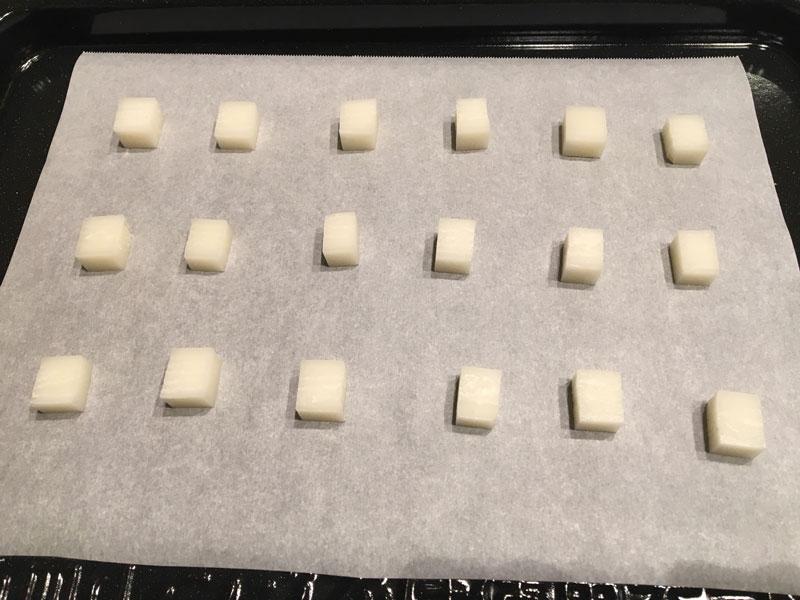 オーブン皿の上にクッキングシートをしき、切った餅を並べる