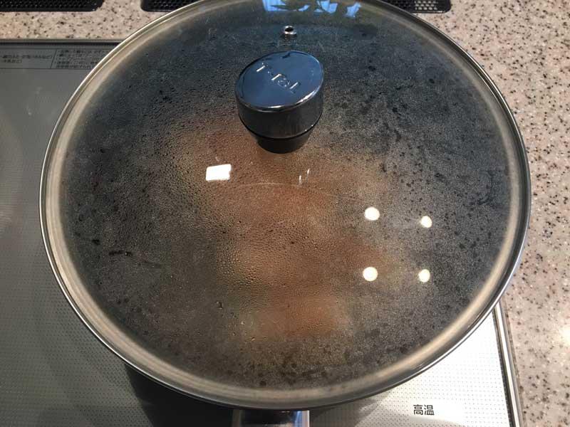 焼き色がついたら、ひっくり返し、酒→みりん→砂糖→醤油の順に調味料を加えて蓋をし、弱火で蒸し焼きに