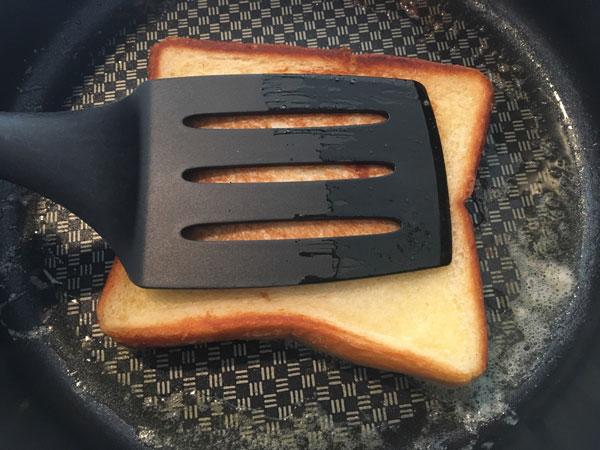 熱したフライパンでじっくり焼いていく