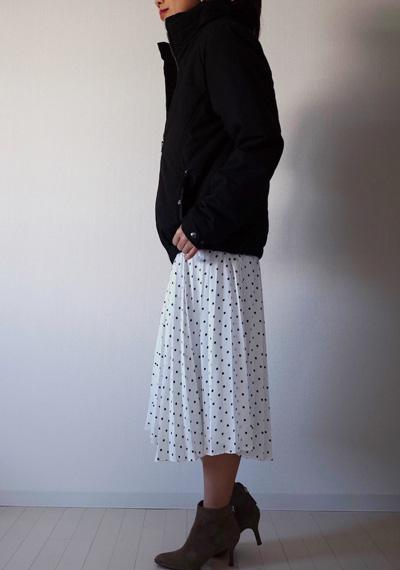 黒ブルゾン×白ドット柄スカート