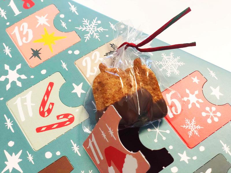 ベル型のチョコがけクッキー