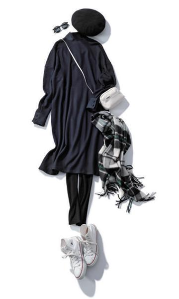 黒ロングワンピース×黒レギンス×ベレー帽×白スニーカー