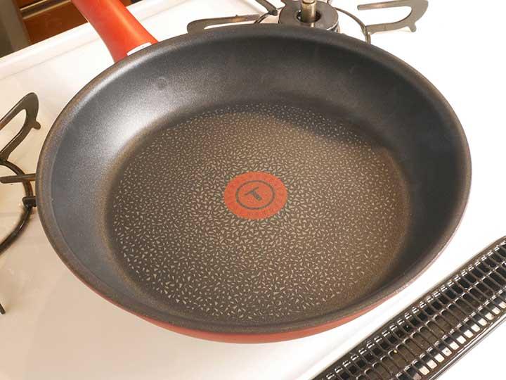フライパンを中火で、うすく煙が出始めるまで熱する