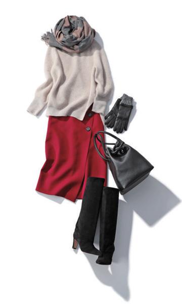 ハイネックのカシミアセーター×赤スカート
