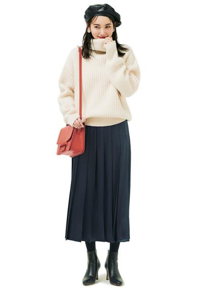 白タートルネックニット×ネイビープリーツスカート