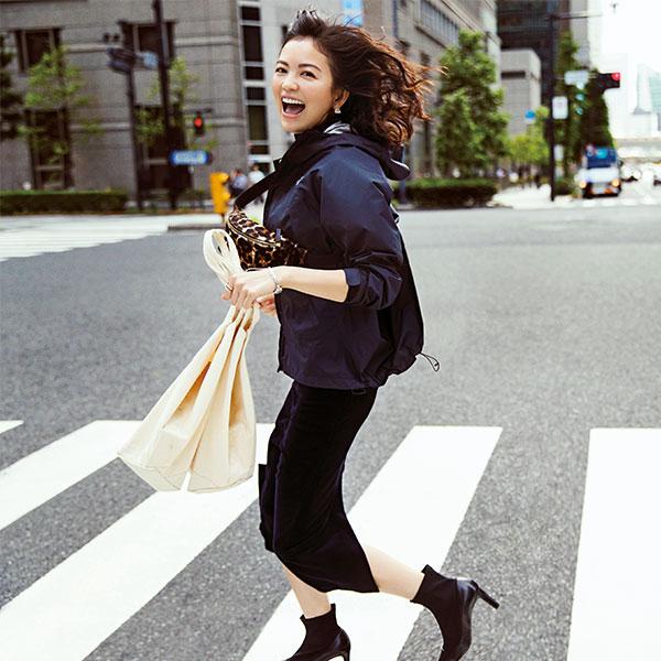 黒ナイロンジャケット×黒ロングタイトスカート