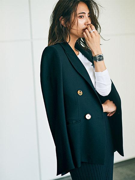 テーラードジャケット×白トップス×黒ニットスカート