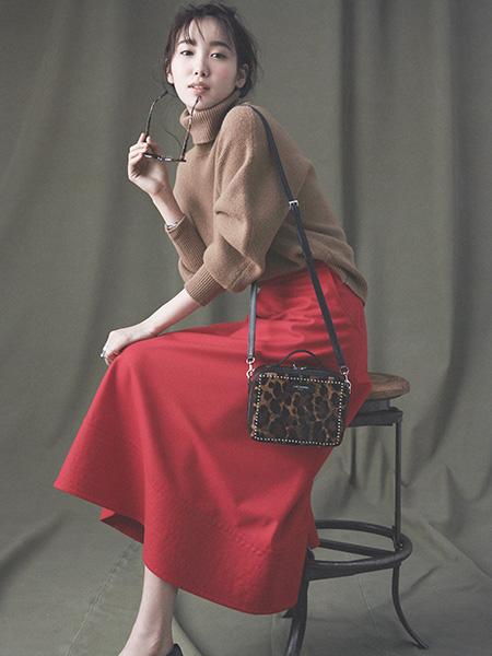 【5】キャメルニット×赤フレアスカート