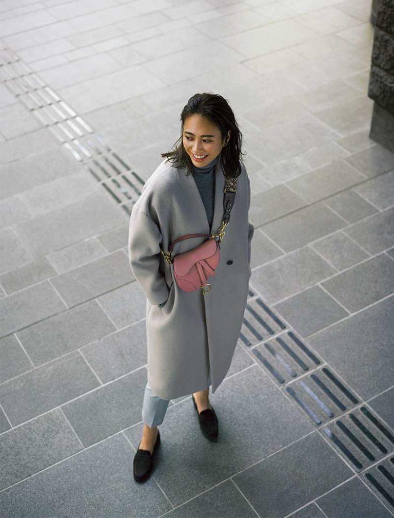 【4】ピンクバッグ×グレーV開きノーカラーコート