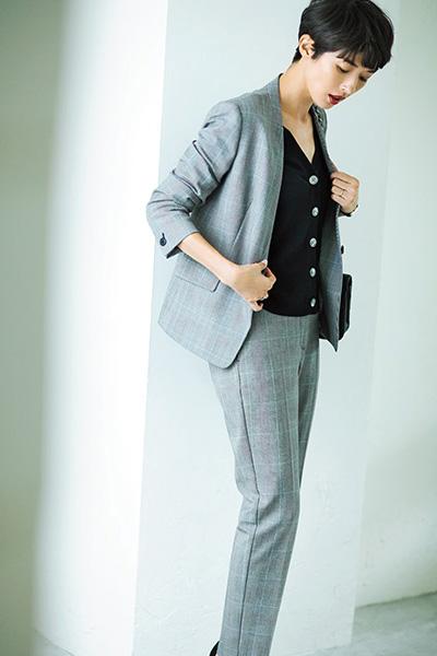 【1】グレーチェック柄スーツ×黒カーディガン