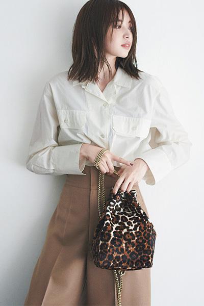 茶色ワイドパンツ×ホワイトベージュシャツ