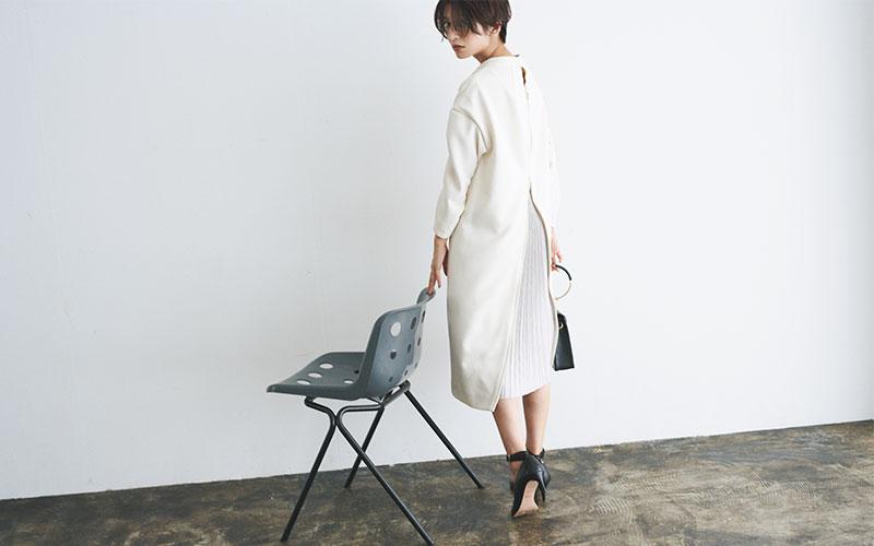 フロントはシンプルなデザイン。背面のプリーツでほんのり女らしく