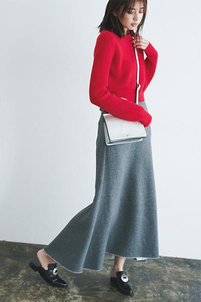 赤トップス×グレーフレアスカート
