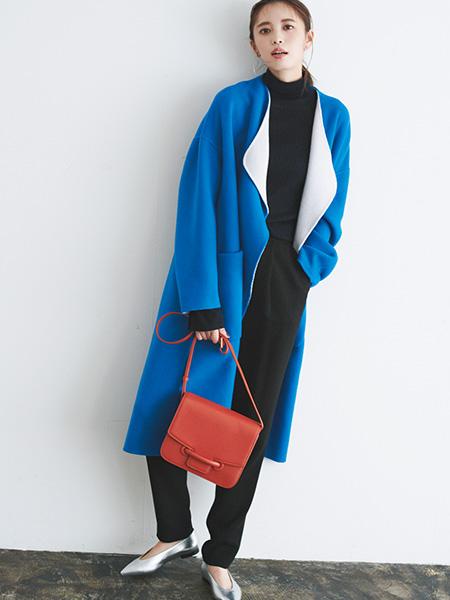 黒セーター×黒パンツ×ブルーコート
