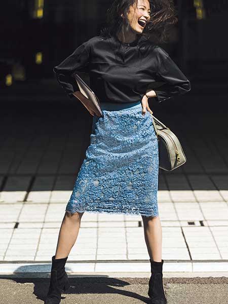 黒ブラウス×ブルーレーススカート