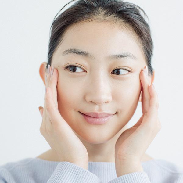 [2]顔の内側から外側に向けて広げる